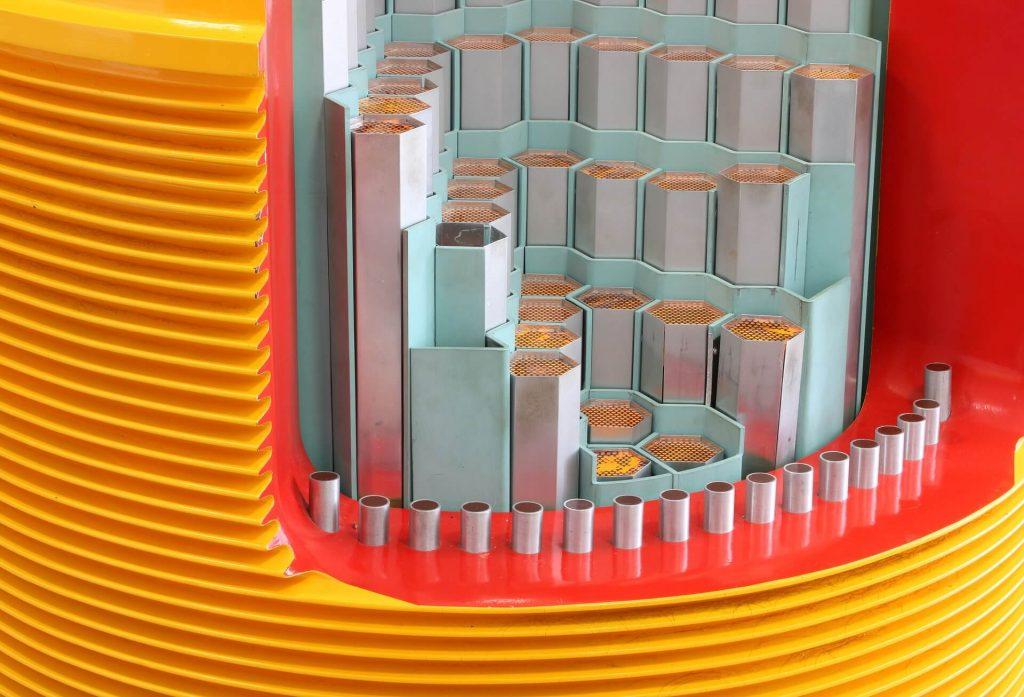Wnętrze reaktora w elektrowni jądrowej.