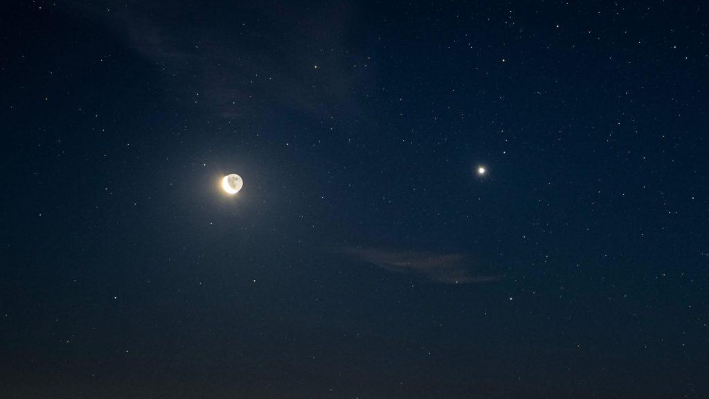 Wenus i księzyc na niebie.