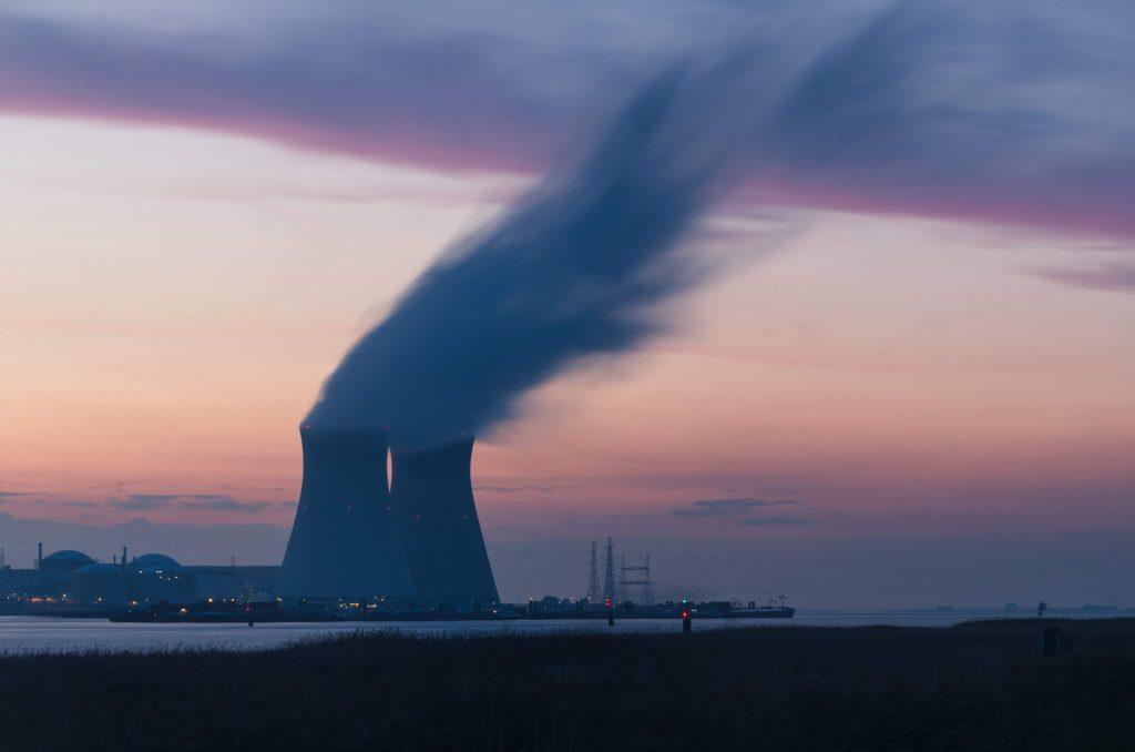 Kominy chłodnicze elektrowni jądrowej.
