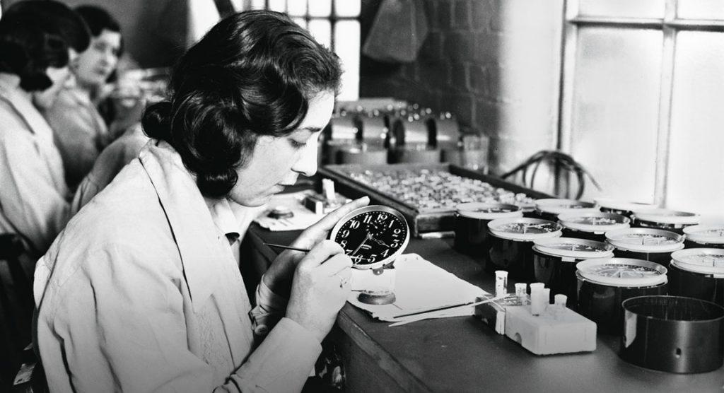 Kobiety malujące tarcze zegarków.