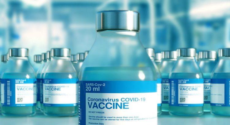 Stojące w szeregu niebieskie buteleczki z etykietką Szczepionka - koronawirus COVID-19.