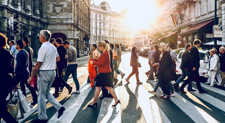 Tłum ludzi na przejściu dla pieszych w mieście.