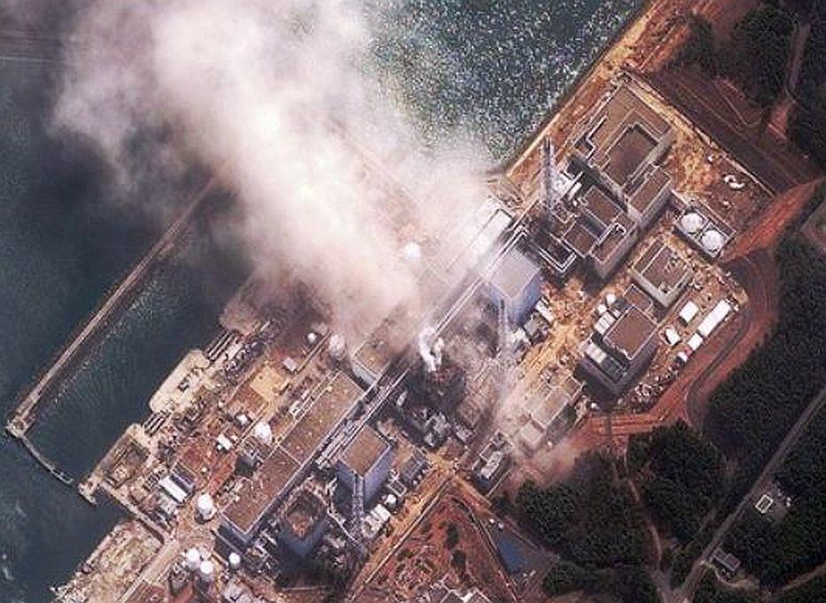 Elektrownia w Fukushimie po katastrofie widziana z lotu ptaka.