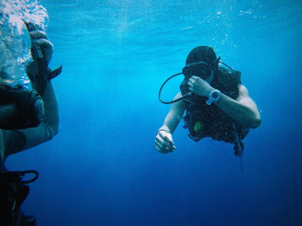 Nurek z maską pod wodą.
