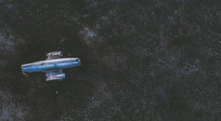 Statek kosmiczny w przestrzeni kosmicznej.