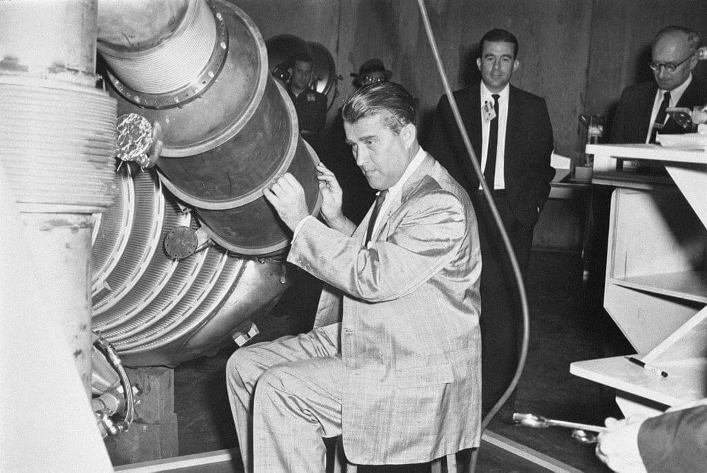 Wernher von Braun przy maszynie w Marshall Space Flight Center.