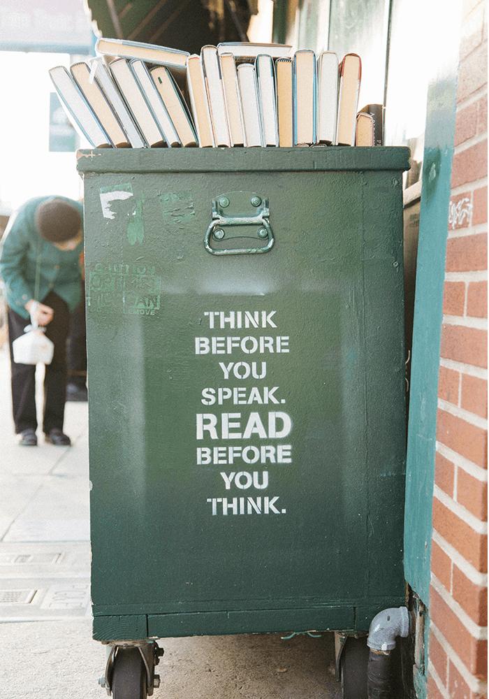 Skrzynia, na górze książki, a na ścianie skrzyni napis: think before you speak. Read before you think.